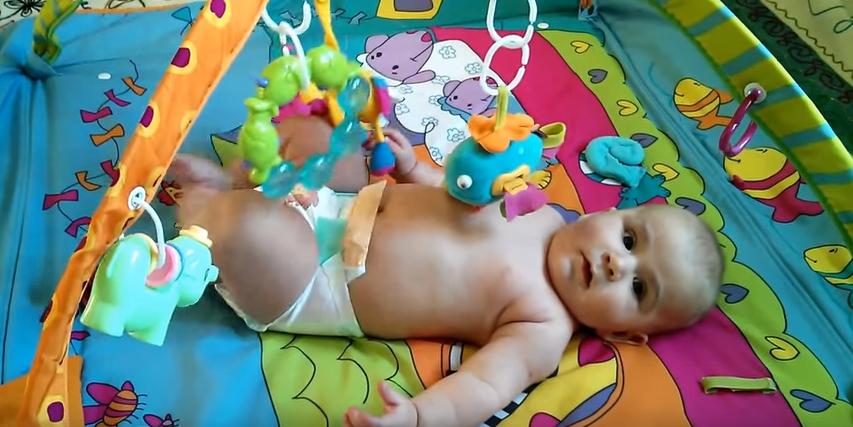 как развивать новорожденного ребенка - с помощью развивающих ковриков